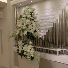 チャペル奥の生花装飾