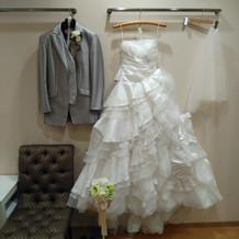 オフホワイトのドレスにしました。