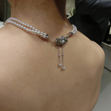 真珠の二連のネックレス後ろ姿