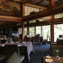 大広間は日本庭園と繋がり、開放感がある。