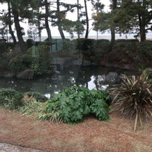 挙式会場横に池があります
