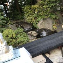 ガーデンには滝が流れています