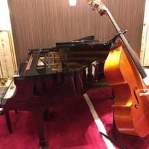 コントラバスとグランドピアノが常設