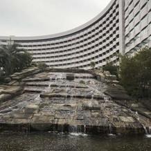 ホテル前には滝があります