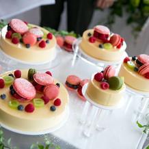 マカロンが可愛いムースウエディングケーキ