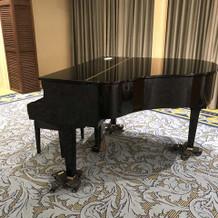 披露宴会場内のグランドピアノ