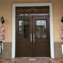 会場入り口。造花が、華やかな雰囲気に。