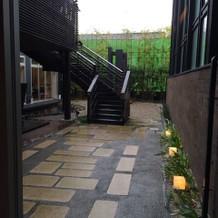 一階中庭。奥にはカリヨン。