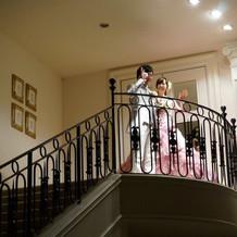 二階の階段から。