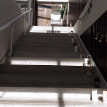 挙式会場とパーティー会場をつなぐ階段