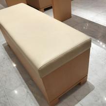神殿の椅子は低反発