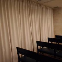 挙式会場の壁はカーテン
