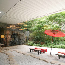 赤い番傘が素敵な庭園。