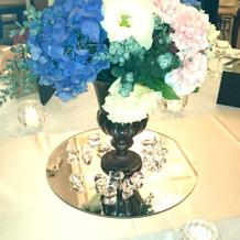 テーブルの装花。下に鏡が敷かれています。
