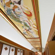 神殿前の組木格子廊下。頭上には天女画