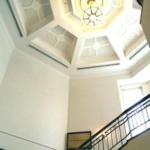 自然光がさす螺旋階段