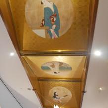 披露宴会場前の廊下の美人画