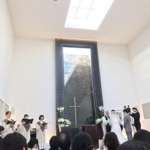 祭壇後ろには水が流れ、キラキラ!