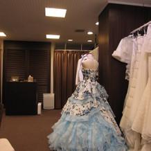 サロン 常に綺麗なドレスが飾ってあります