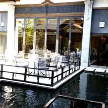 水をイメージした会場。開放的!