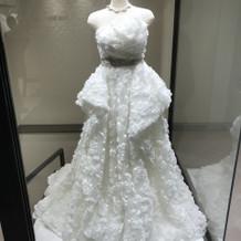 変わったウェディングドレスが展示