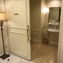 親族控室直結のトイレ。車椅子でも入れます