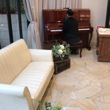 披露宴会場にはピアノ完備