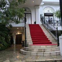 フラワーシャワーをする大階段