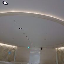 チャペルの天井。リングをイメージ