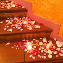 会場の階段。キャンドルと花びらが素敵