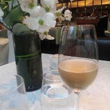 白ワインと竹筒の日本酒