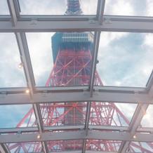 チャペルの天井から東京タワーが