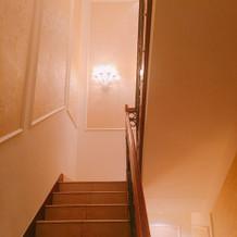 チャペルから披露宴会場へ向かう階段
