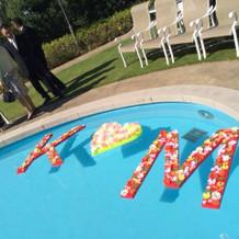 プールに手作りイニシャル装飾