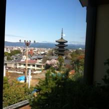 チャペルの窓から八坂の塔が見える