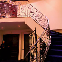 大階段から登場することができます