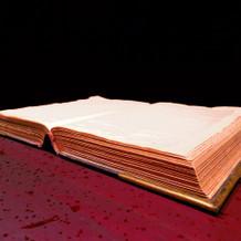 チャペルにある聖書。アンティークな雰囲気