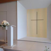 シンプルで明るい造りの祭壇