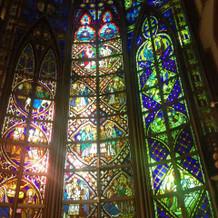 輝かしいステンドガラス。