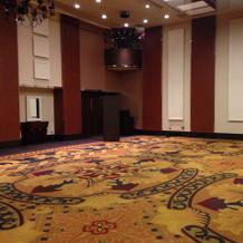 天井が高い披露宴会場。