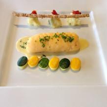 色鮮やかな海老の魚料理。