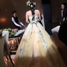小物と生花がドレスに絶妙にマッチ。