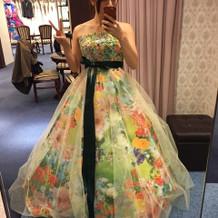 6月の式にピッタリな色味のドレス。