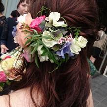 カラードレスに合わせたヘアーアクセサリー