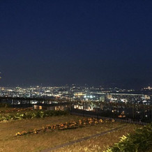 夕方~夜の披露宴会場外からの景色です。