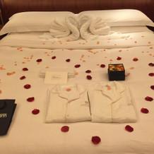 結婚前夜のベッドメイキングとプレゼント