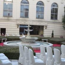 ホテル中庭におしゃれなガーデンあり