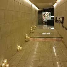 会場までの通路。照明が優しい雰囲気を演出