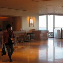 挙式前にロビーから横浜港を楽しめる。