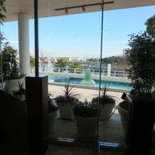 チャペル祭壇からの横浜港の景色
